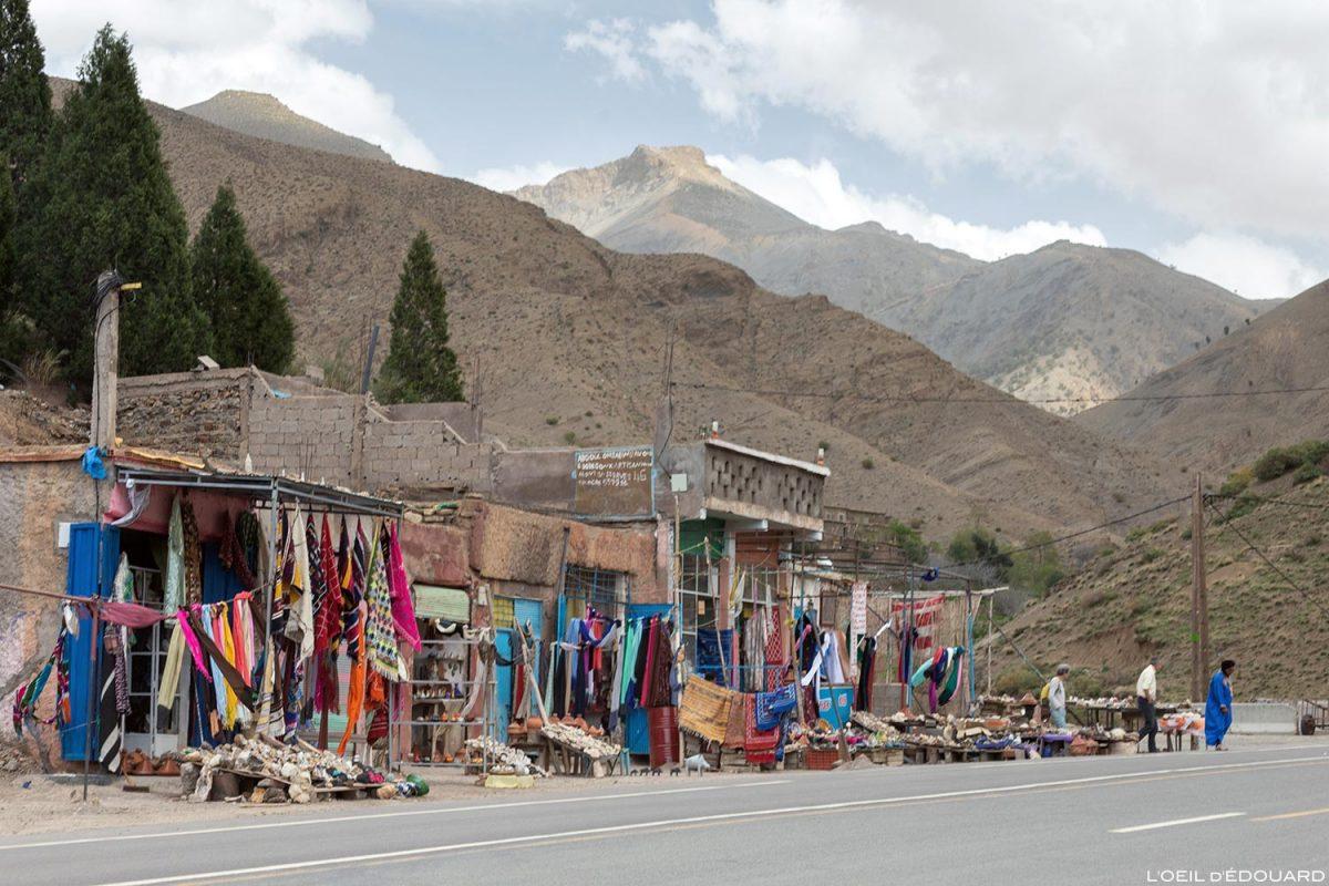 Boutiques au bord de la route N9 - Vallée du Tichka, Maroc