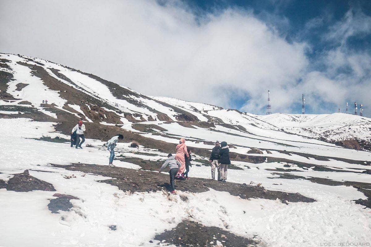 Famille marocaine jouant dans la neige au Col du Tichka, Maroc