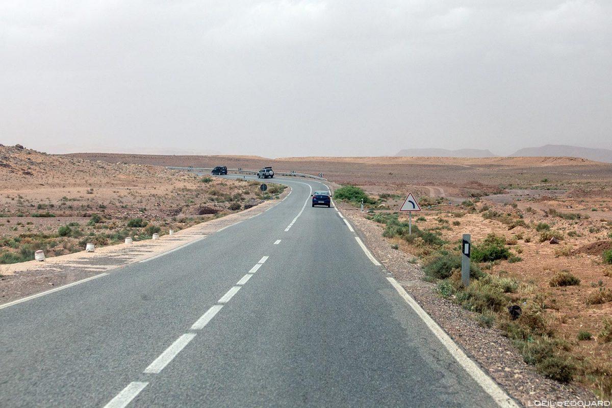 Route dans le désert du Maroc