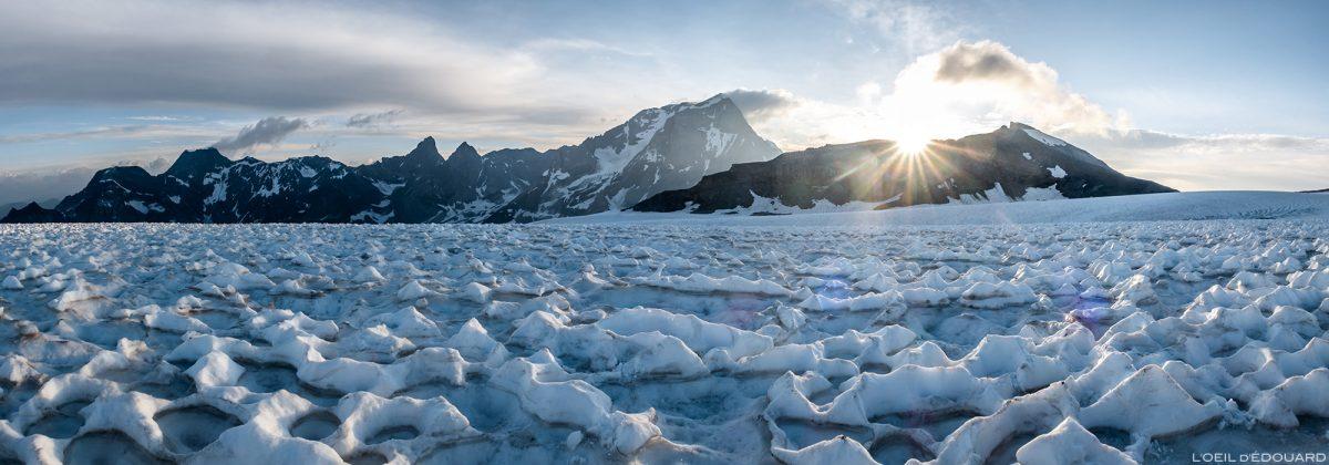 Alpinisme : Lever de soleil derrière la Pointe de la Réchasse et le Grande Casse depuis le Glacier de la Roche Ferran, Massif de la Vanoise