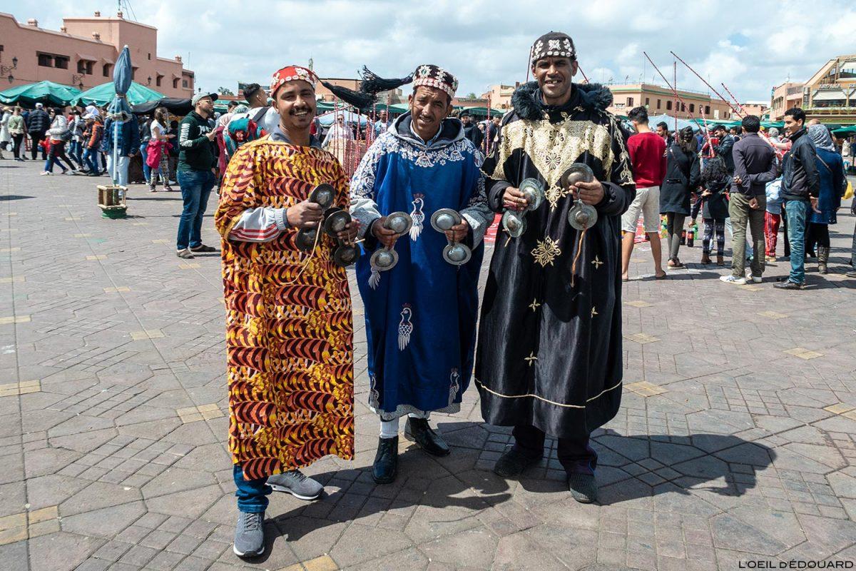 Berbères en tenues traditionnelles sur la Place Jemaâ El-Fna de Marrakech, Maroc