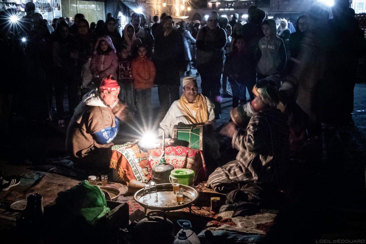 Musiciens berbères en tenues traditionnelles sur la Place Jemaâ El-Fna de Marrakech le soir, Maroc