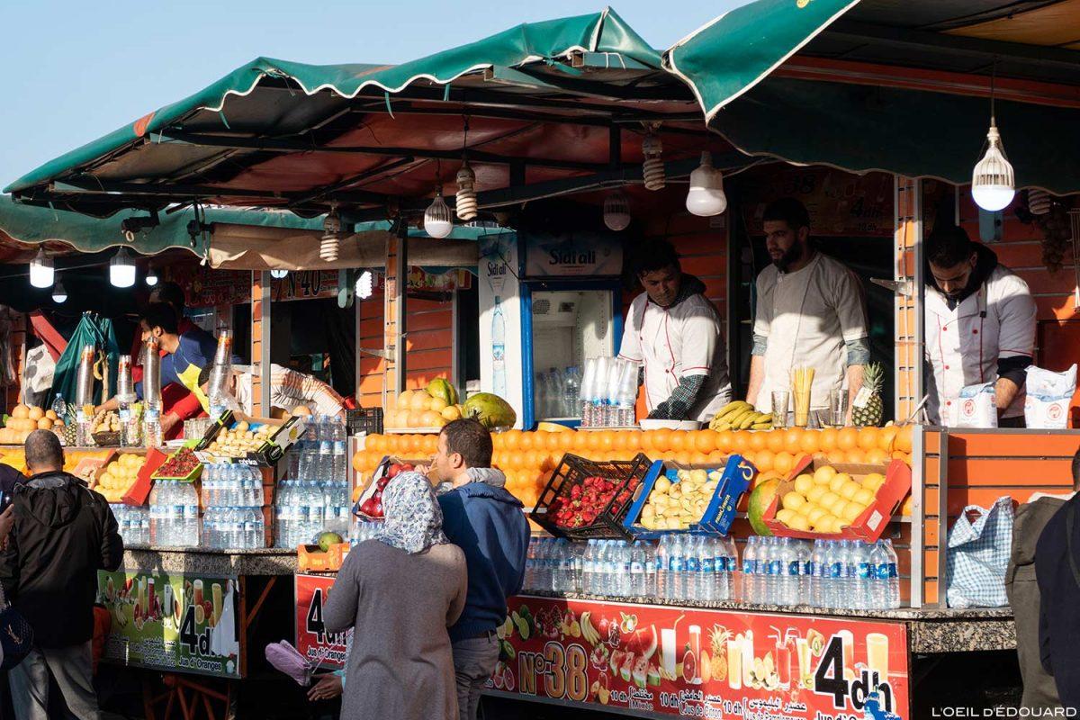 Stands de jus de fruits sur la Place Jemaâ El-Fna de Marrakech, Maroc