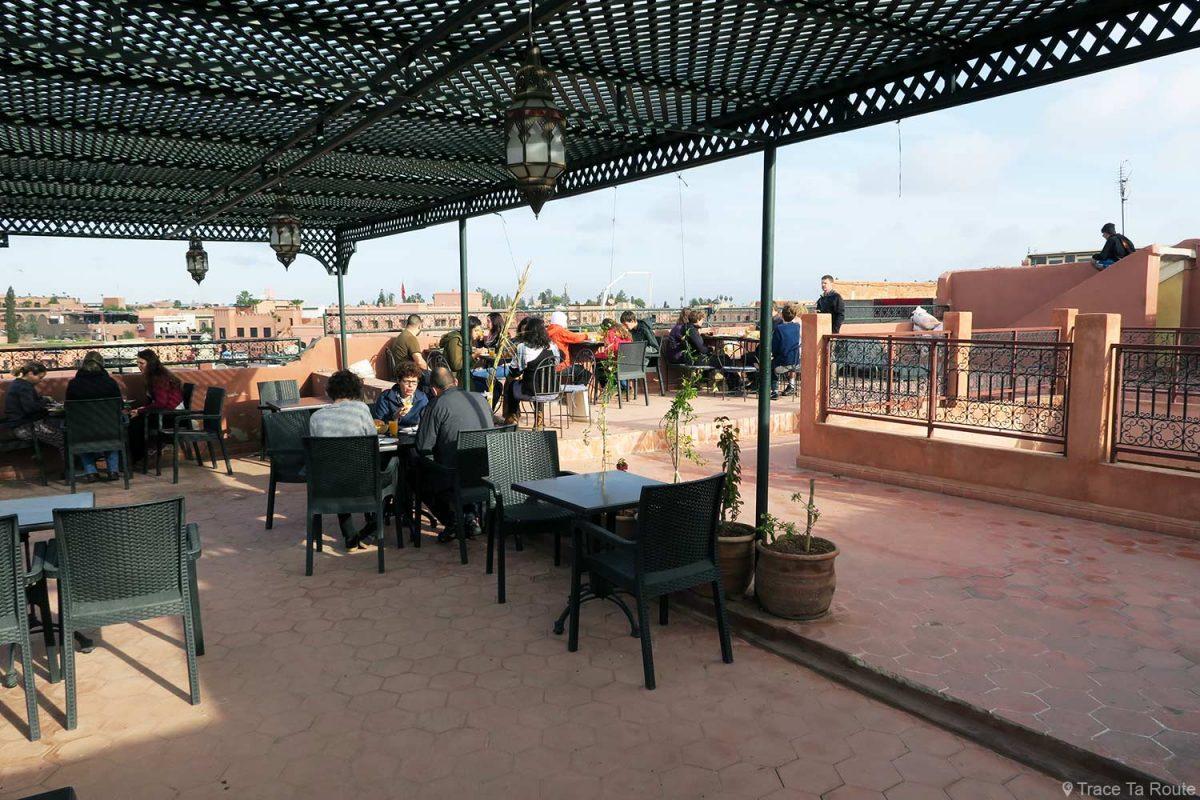 Petit déjeuner sur la terrasse du toit de l'Hôtel Cecil à Marrakech, Maroc