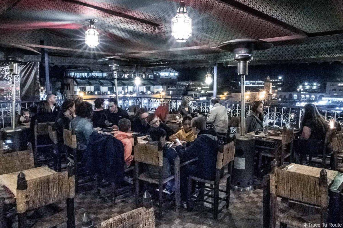La terrasse du restaurant Montassir sur la Place Jemaâ El-Fna de Marrakech, Maroc
