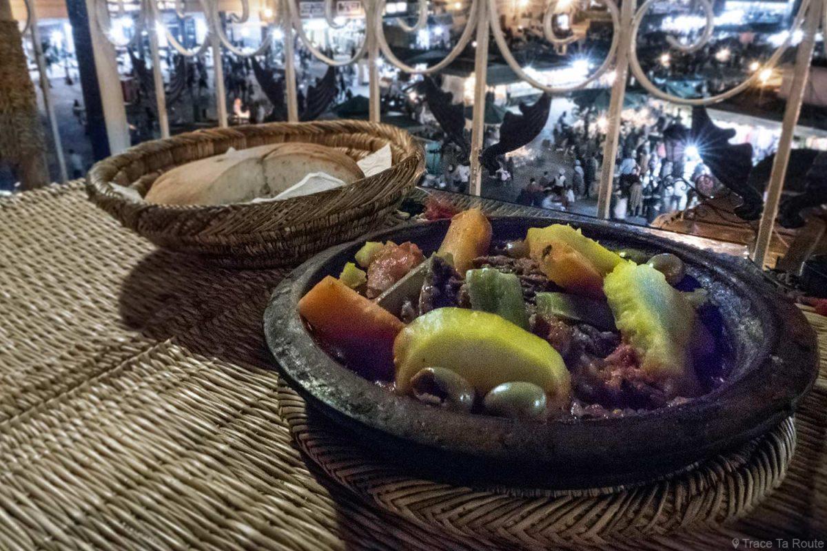 Tajine du restaurant Montassir sur la Place Jemaâ El-Fna de Marrakech, Maroc