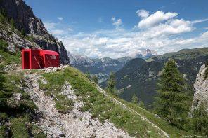 Le Bivacco Zeni avec les montagnes des Dolomites, Italie / Montagna Dolomiti Italia
