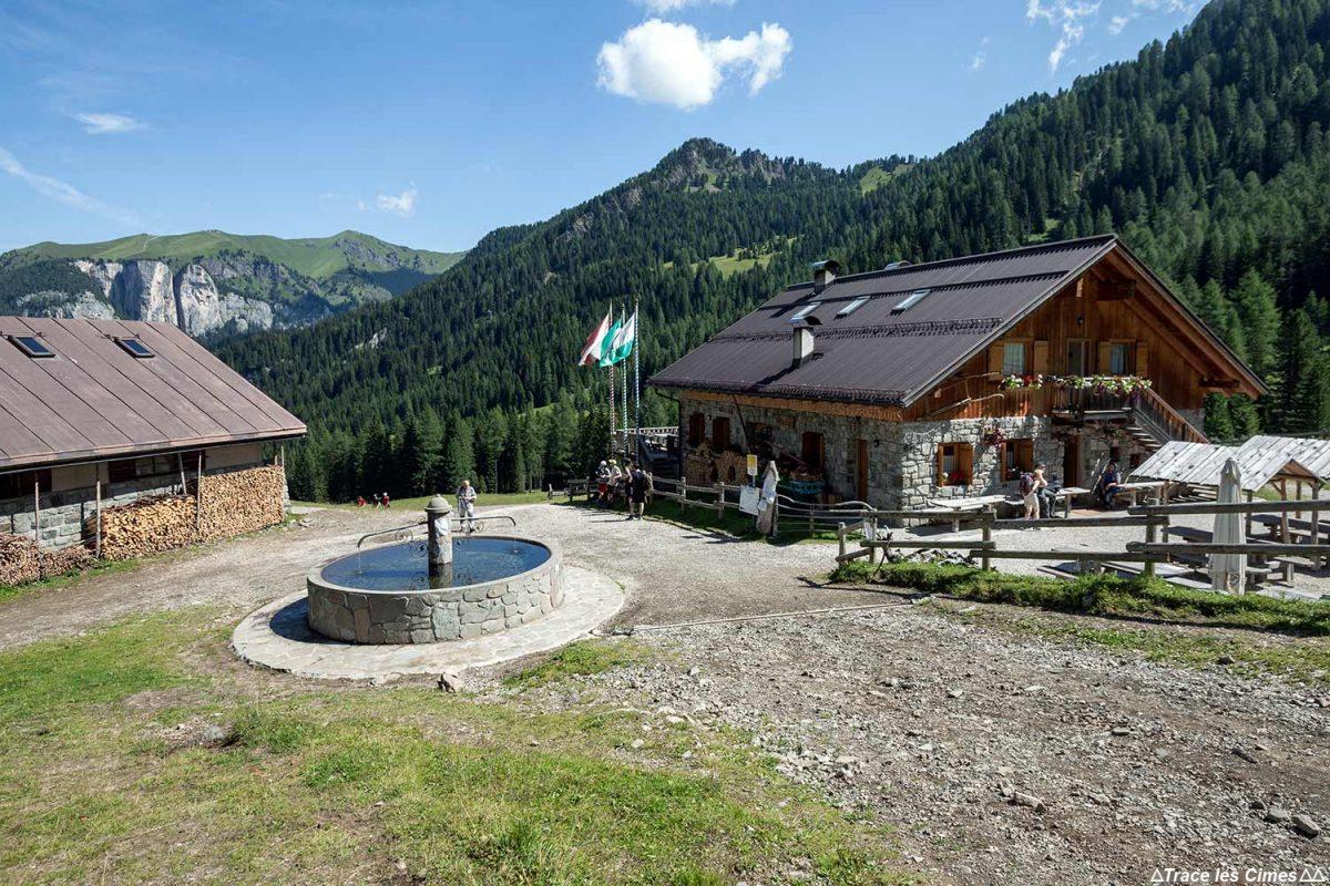 Ferme auberge Malga Monzoni dans les Dolomites, Italie / Dolomiti Italia