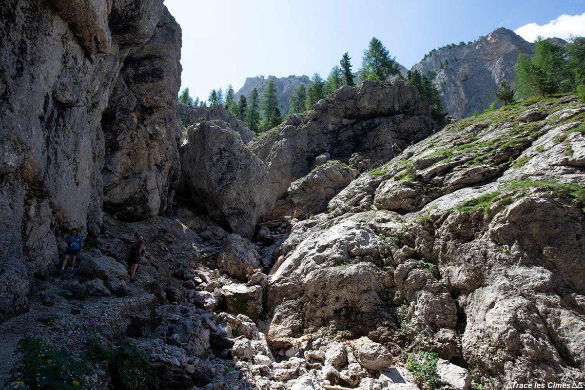 Sentier de randonnée au Bivacco Zeni dans les Dolomites, Italie / Dolomiti Italia