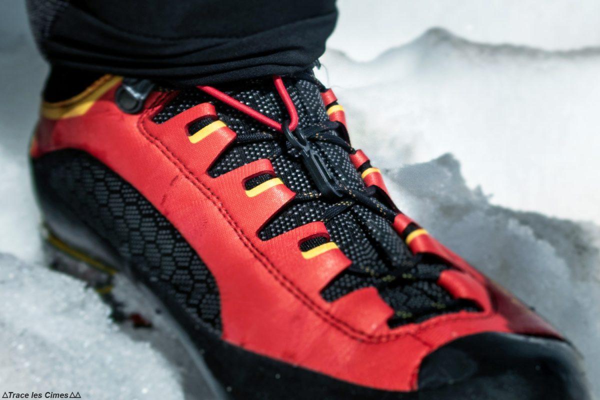 Test Pantalon Alpinisme CimAlp Transalpin : guêtre avec crochet sur la chaussure d'alpinisme La Sportiva Trango Tower Gtx