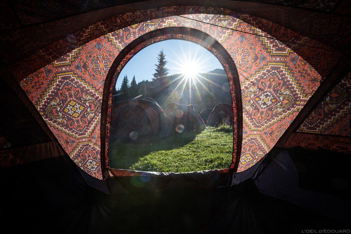 Réveil dans la tente The North Face Mountain Festival 2018 à Val San Nicolo dans les Dolomites, Italie / Dolomiti Italia Italy © L'Oeil d'Édouard - Tous droits réservés