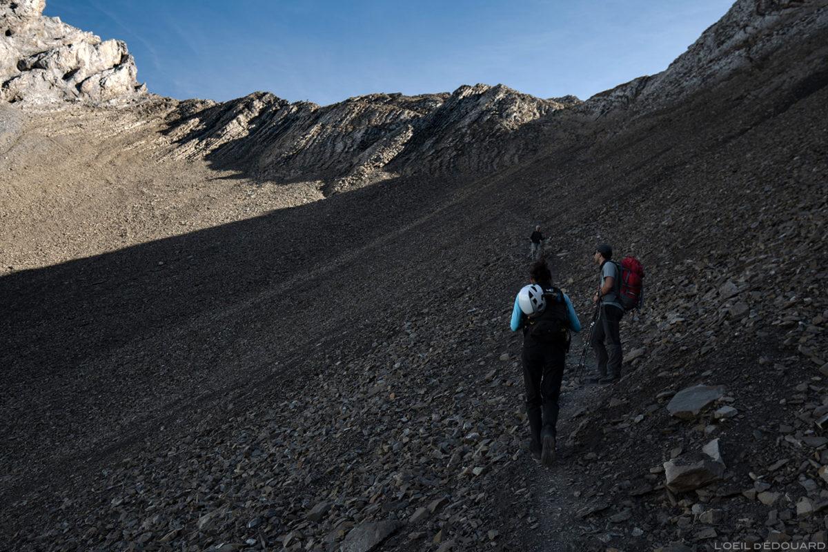 Itinéraire sentier de randonnée dans le pierrier du Col des Verts sous la Pointe Percée, Aravis / Haute-Savoie