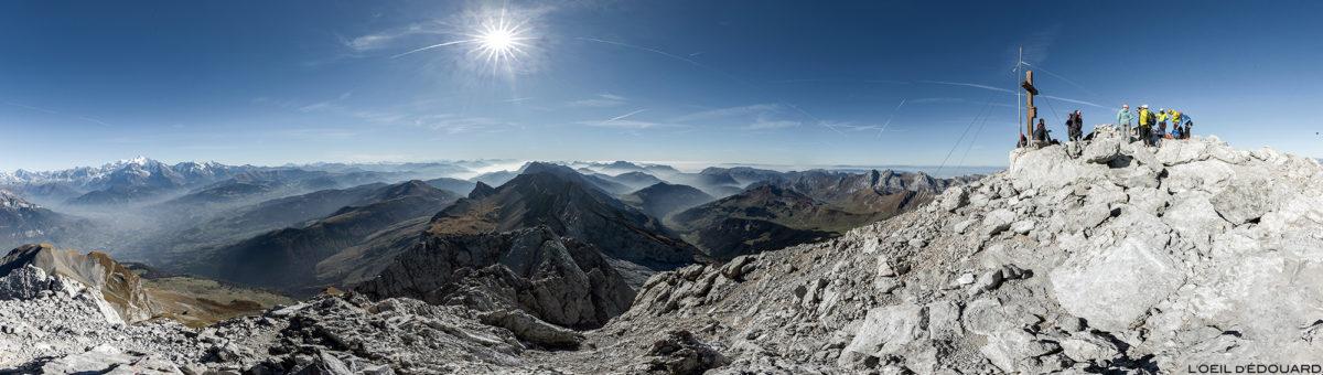 Vue panorama au sommet de La Pointe Percée : la Chaîne des Aravis, Haute-Savoie