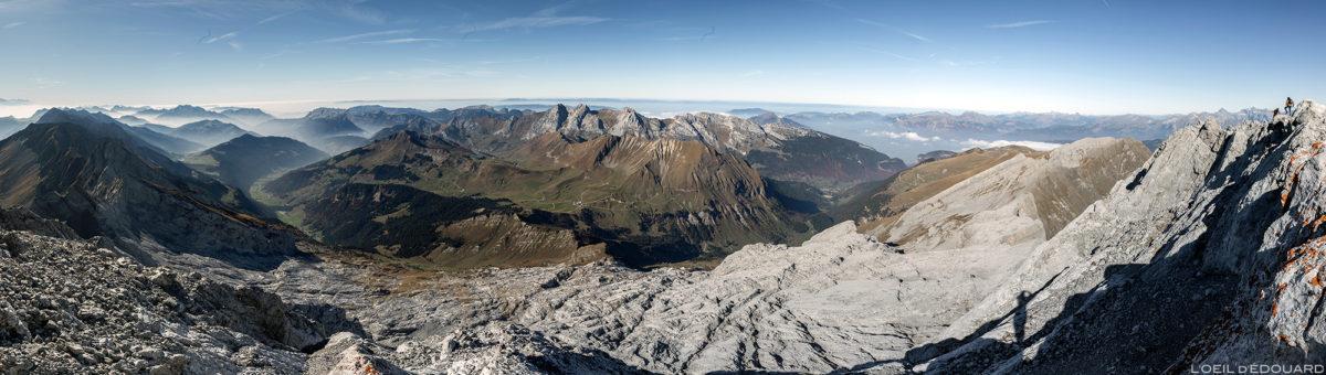 Vue panorama au sommet de La Pointe Percée : Le Grand Bornand et le Bargy, Haute-Savoie