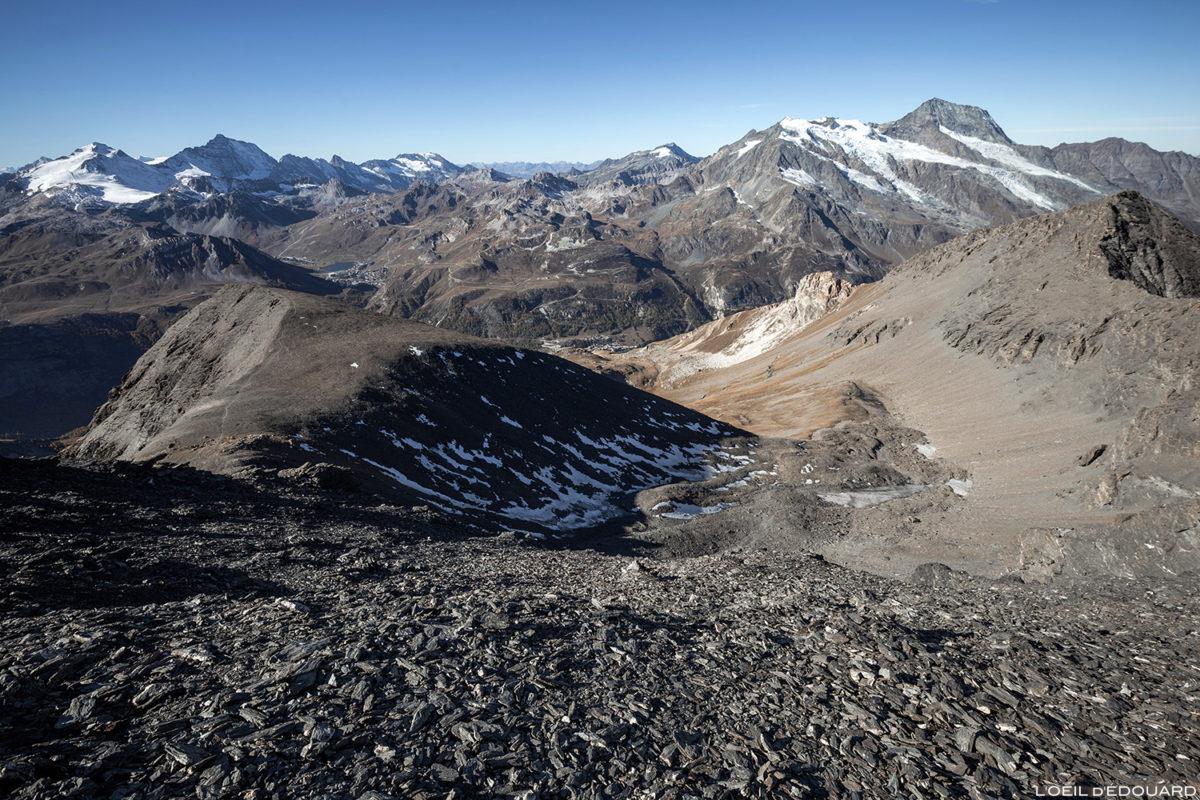 La Grande Combe sous l'Aiguille de la Grande Sassière avec le Massif de la Vanoise en fond