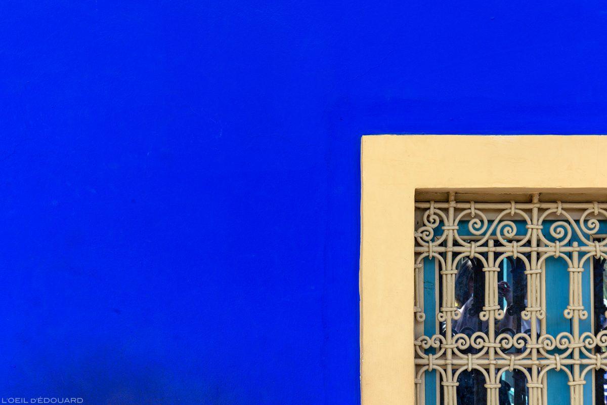 Détail façade couleur bleue de la maison dans le Jardin Majorelle à Marrakech, Maroc / Visit Marrakesh Morocco
