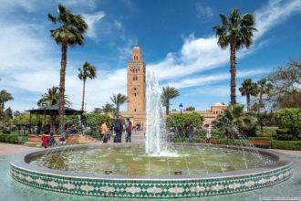 Fontaine du Parc Lalla Hasna avec le minaret de la Mosquée de la Koutoubia à Marrakech, Maroc / Marrakesh Morocco