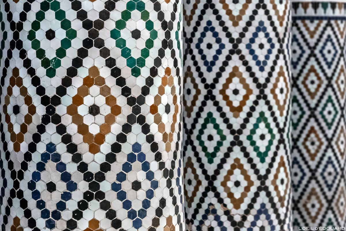 Détails carreaux tesselles Mosaïque Zelliges sur les colonnes du Musée de Marrakech, Maroc / Visit Museum of Marrakesh Morocco