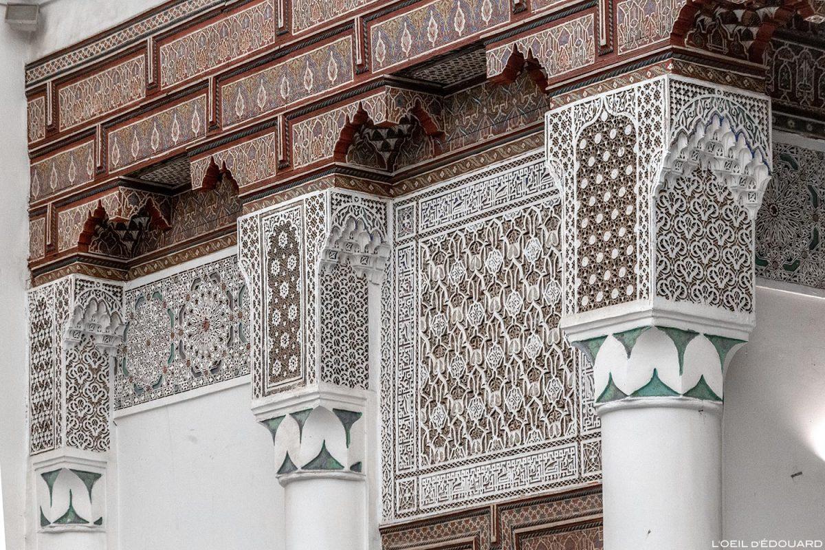 Motif art arabe sculpté en relief et peinture cèdre décoré - Visite du Musée de Marrakech, Maroc / Visit Museum of Marrakesh Morocco