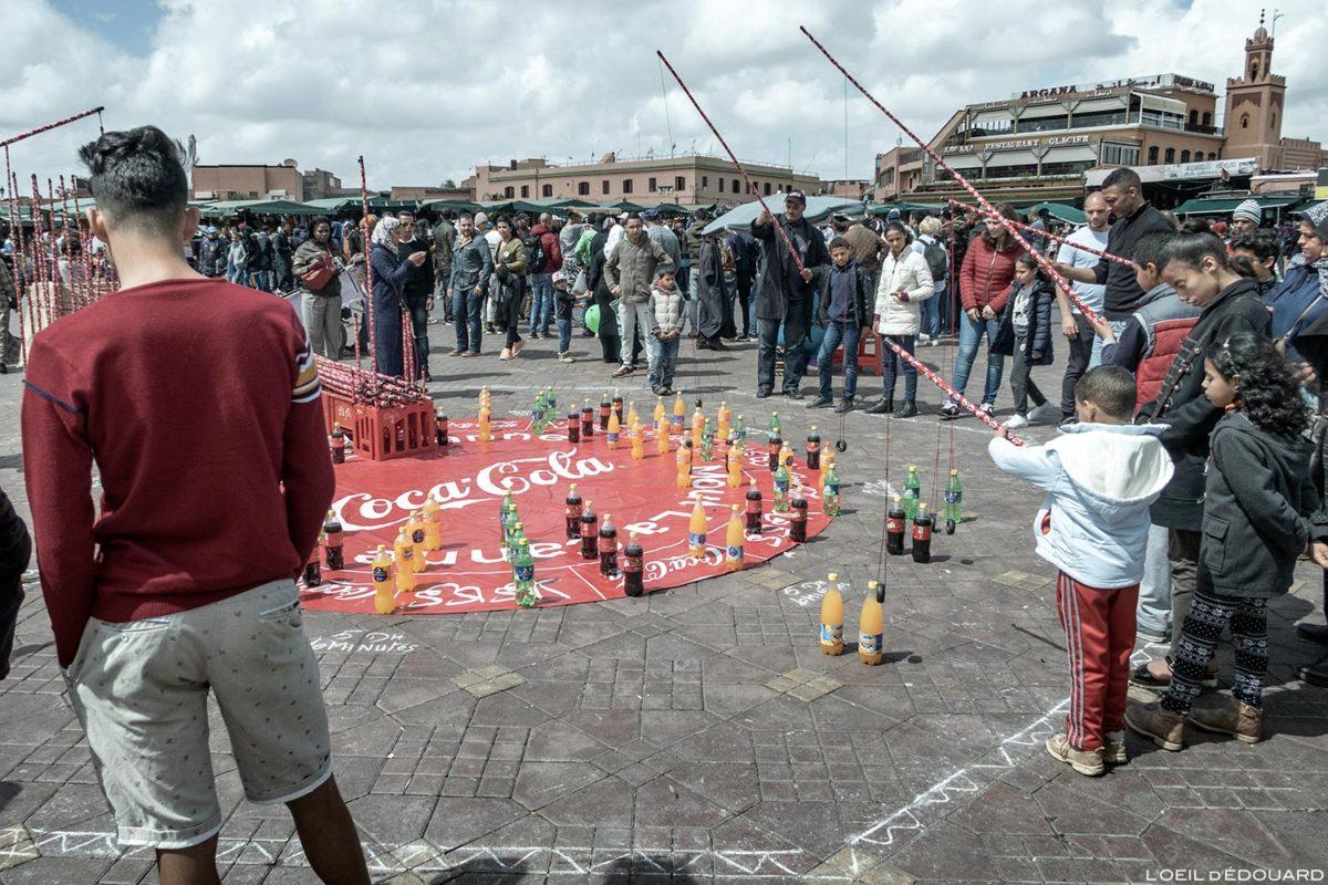 Animation jeu sur la Place Jemaâ el-Fna de Marrakech, Maroc / Marrakesh Morocco