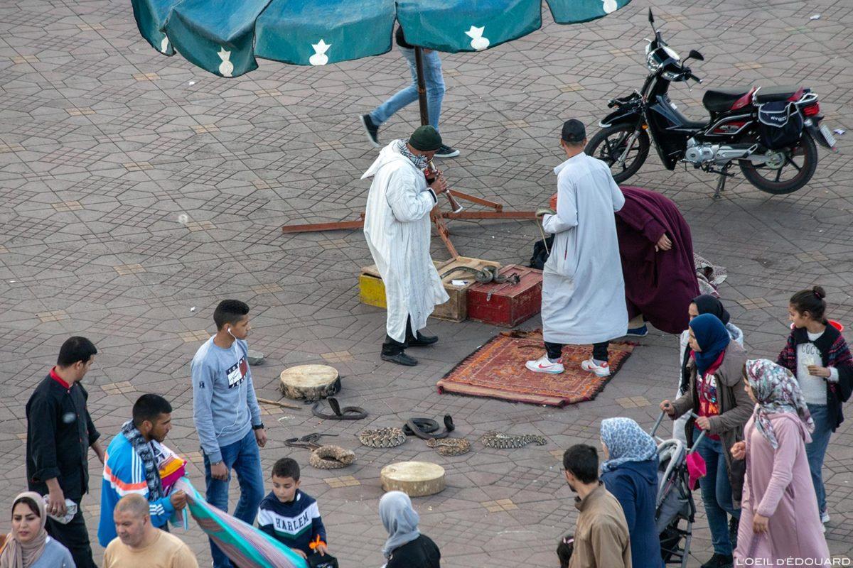 Charmeur de serpents sur la Place Jemaâ el-Fna de Marrakech, Maroc / Marrakesh Morocco