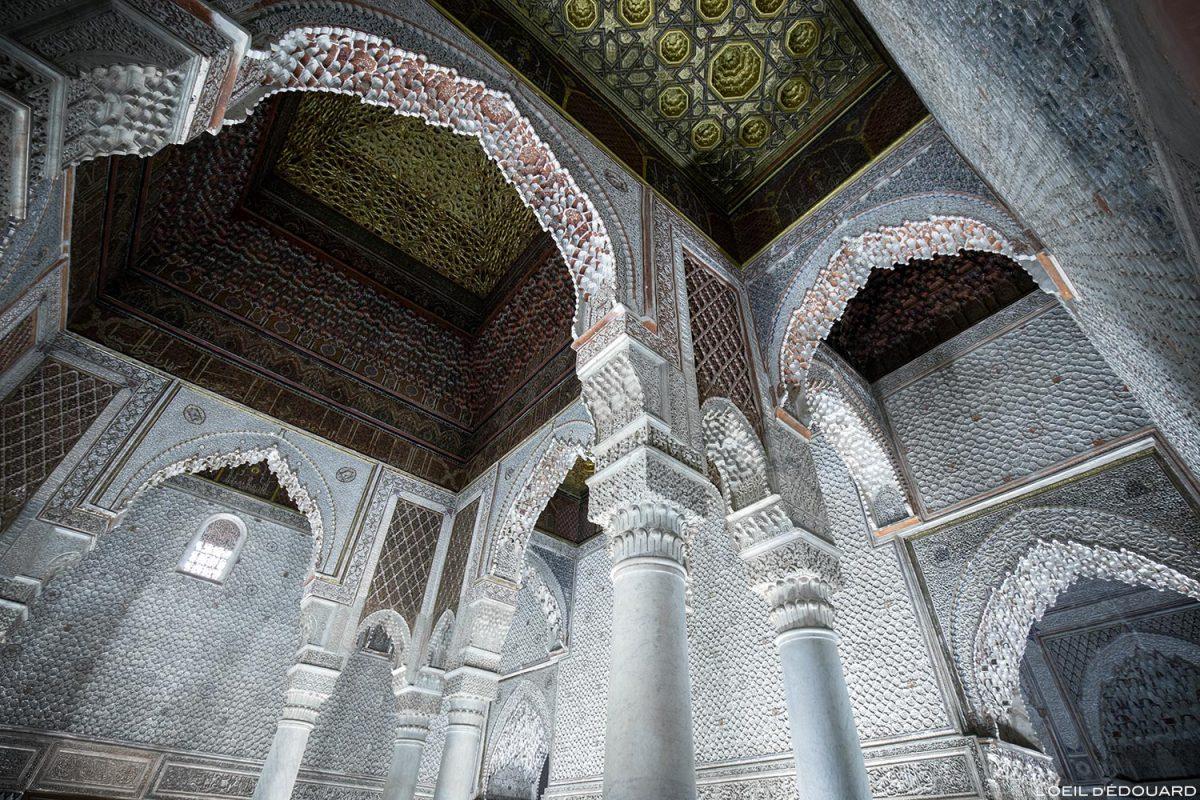 Plafond Salle des 12 colonnes : Tombeaux Saadiens à Marrakech, Maroc / Visit Marrakesh Morocco