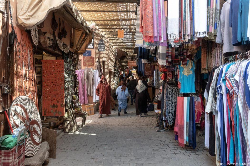 Marchand de djellabas dans le Souk de Marrakech, Maroc / Marrakesh Morocco