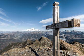 Croix au sommet du Mont Mirantin, Massif du Beaufortain, avec le Mont Blanc en arrière-plan (Paysage Montagne Alpes)