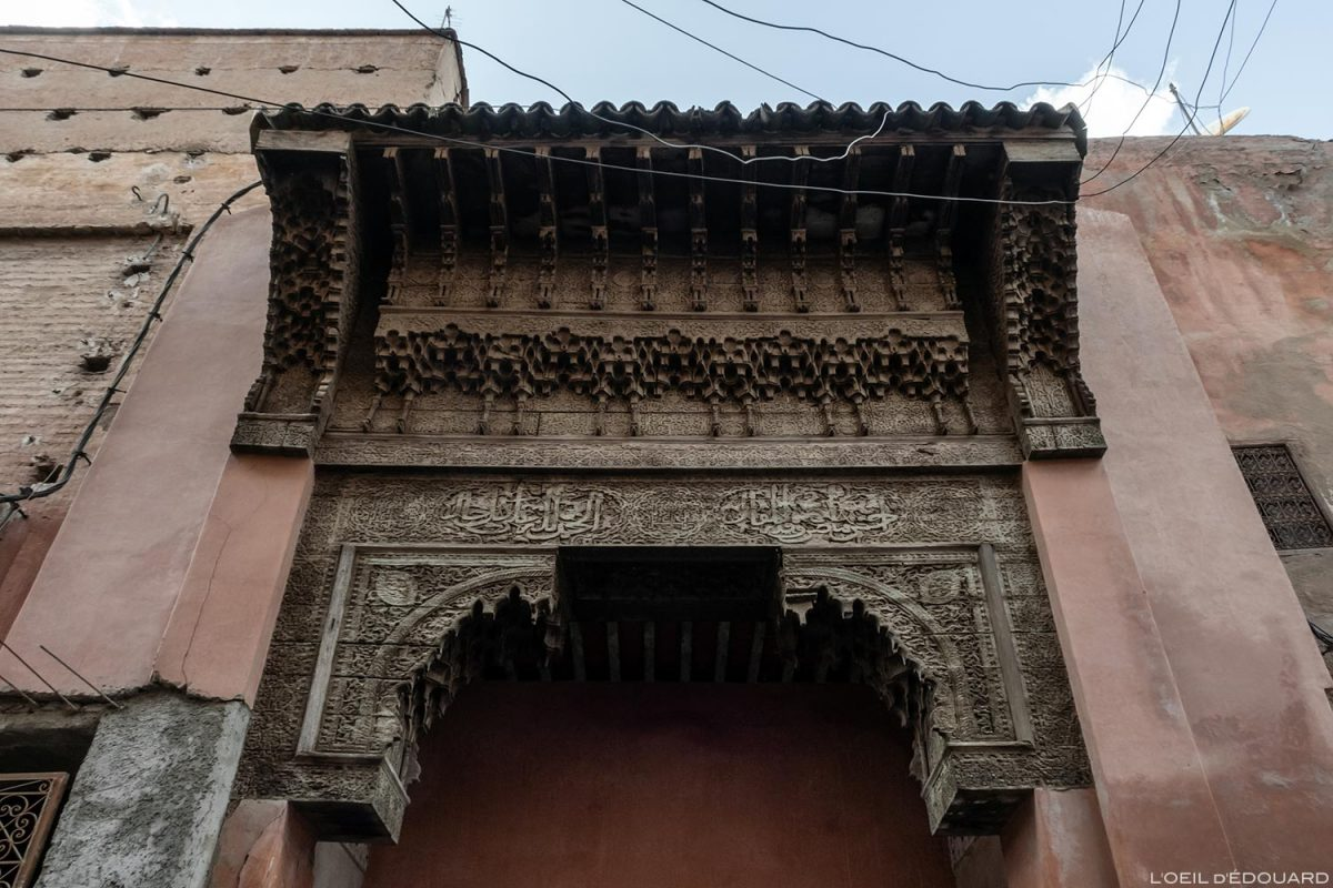 Médina : Porte en cèdre sculptée Souk de Marrakech, Maroc / Marrakesh Morocco
