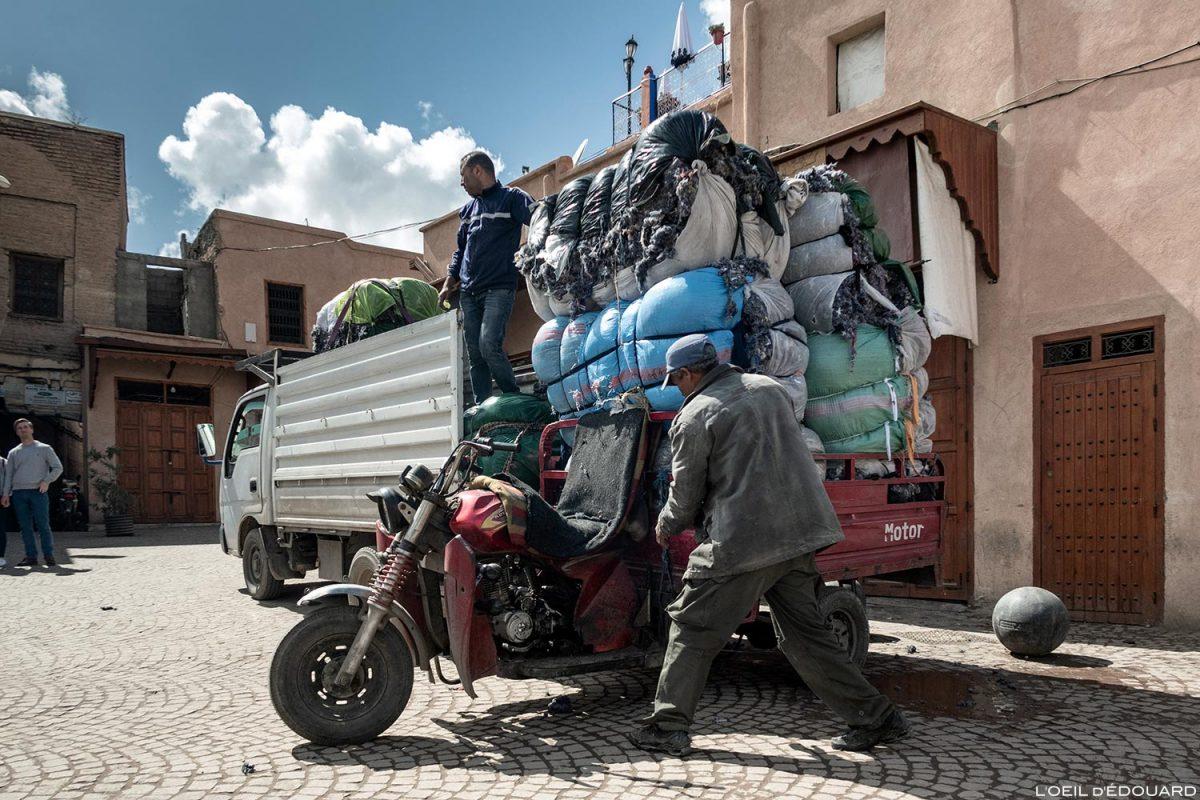 Tricycle chargé dans le Souk de Marrakech, Maroc / Marrakesh Morocco