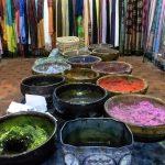 Médina : pigments colorés pour la teinture des chèches, Souk de Marrakech, Maroc / Marrakesh Morocco
