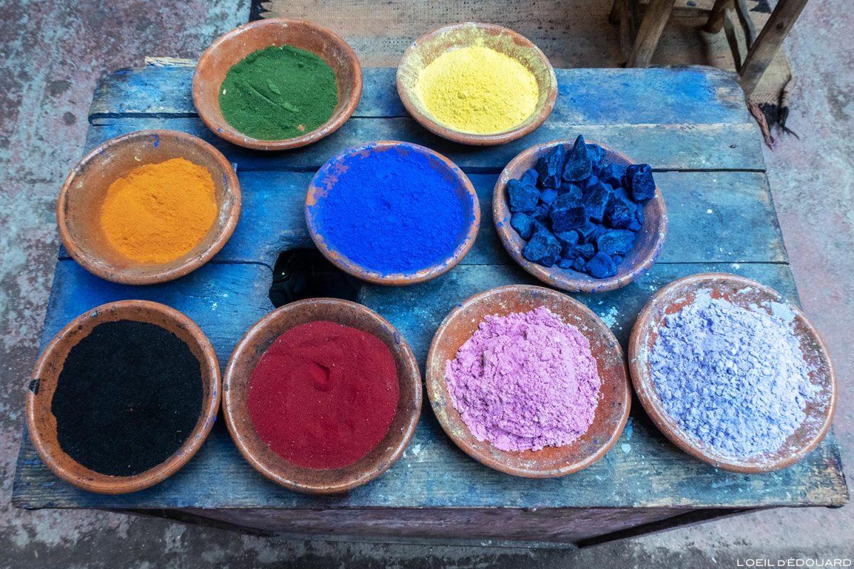 Fondouk : pigments colorés de teinture dans la Médina de Marrakech, Maroc / Marrakesh Morocco