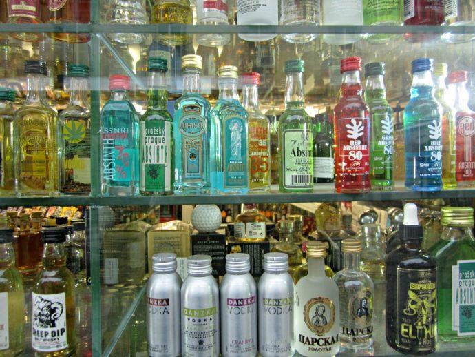 Bouteilles d'absinthe dans un magasin de Prague