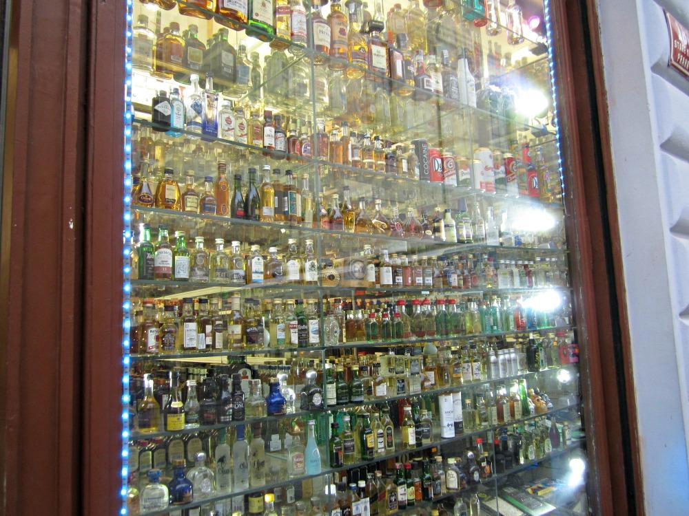 Bouteilles d'alcool dans un magasin de Prague