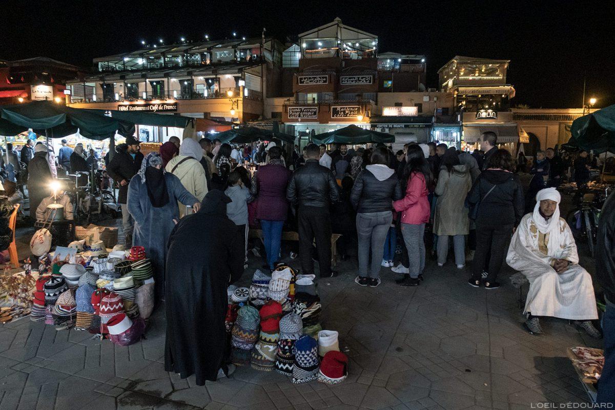 Stands vente marché sur la Place Jemaâ el-Fna de Marrakech, Maroc / Marrakesh Morocco