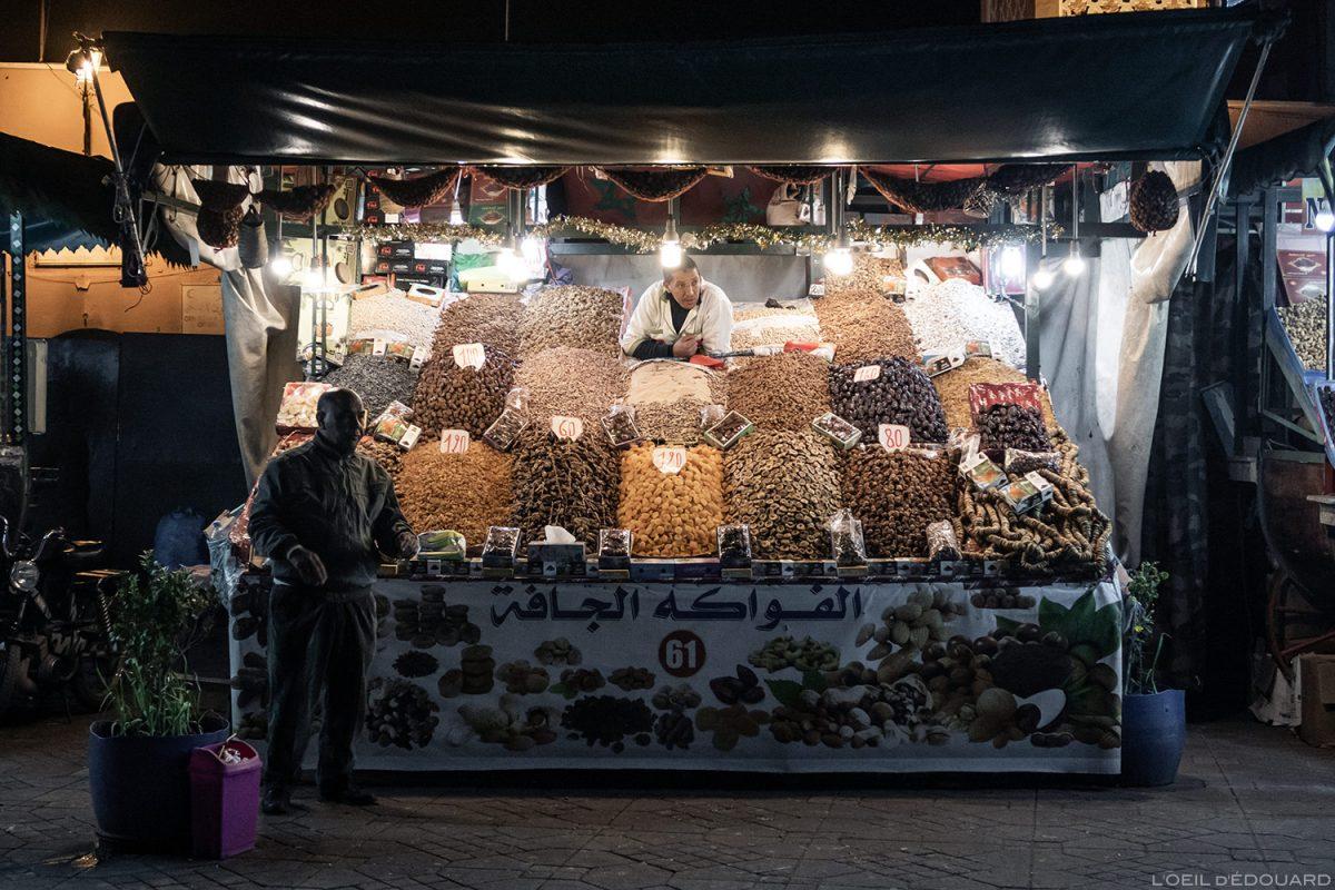Stand fruits secs sur la Place Jemaâ el-Fna de Marrakech, Maroc / Marrakesh Morocco
