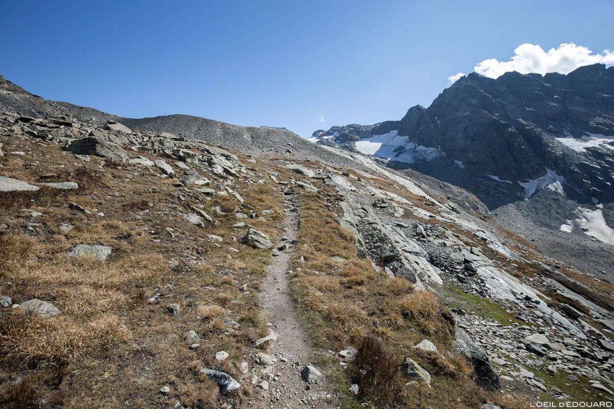Sentier de randonnée au Lac du Grand Méan dans le Cirque des Évettes - Alpes Grées, Haute-Maurienne, Savoie Alpes