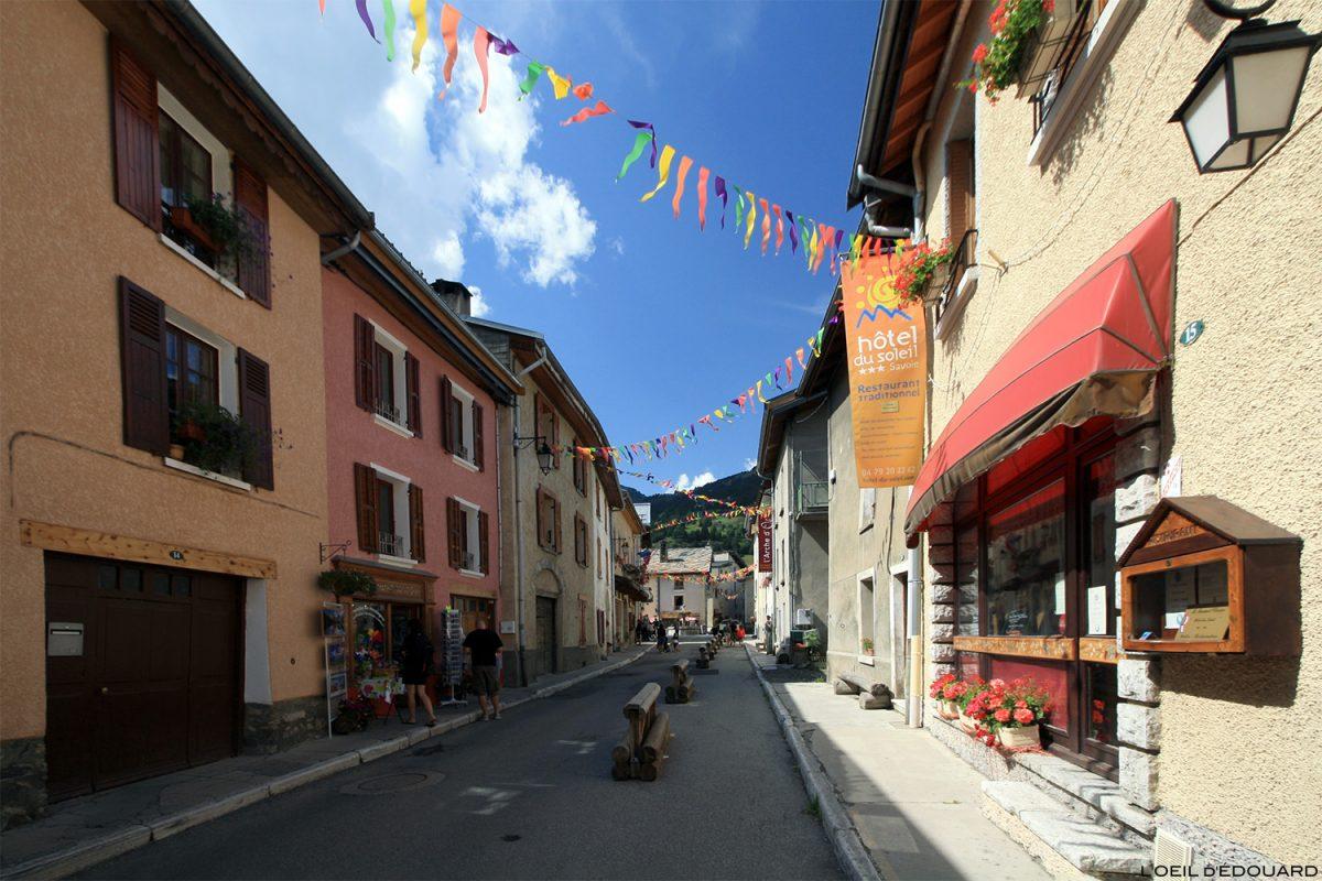 Rue de l'église dans le village d'Aussois, Haute Maurienne Savoie Alpes