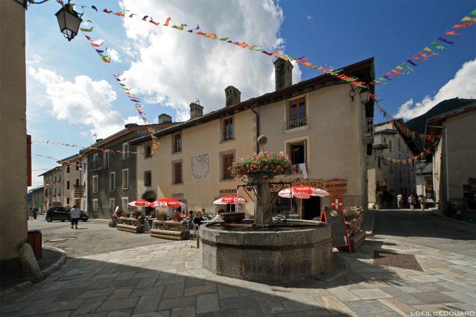 Place du village d'Aussois, Haute Maurienne Savoie Alpes / Terrasse de la Cave du Père Fressard