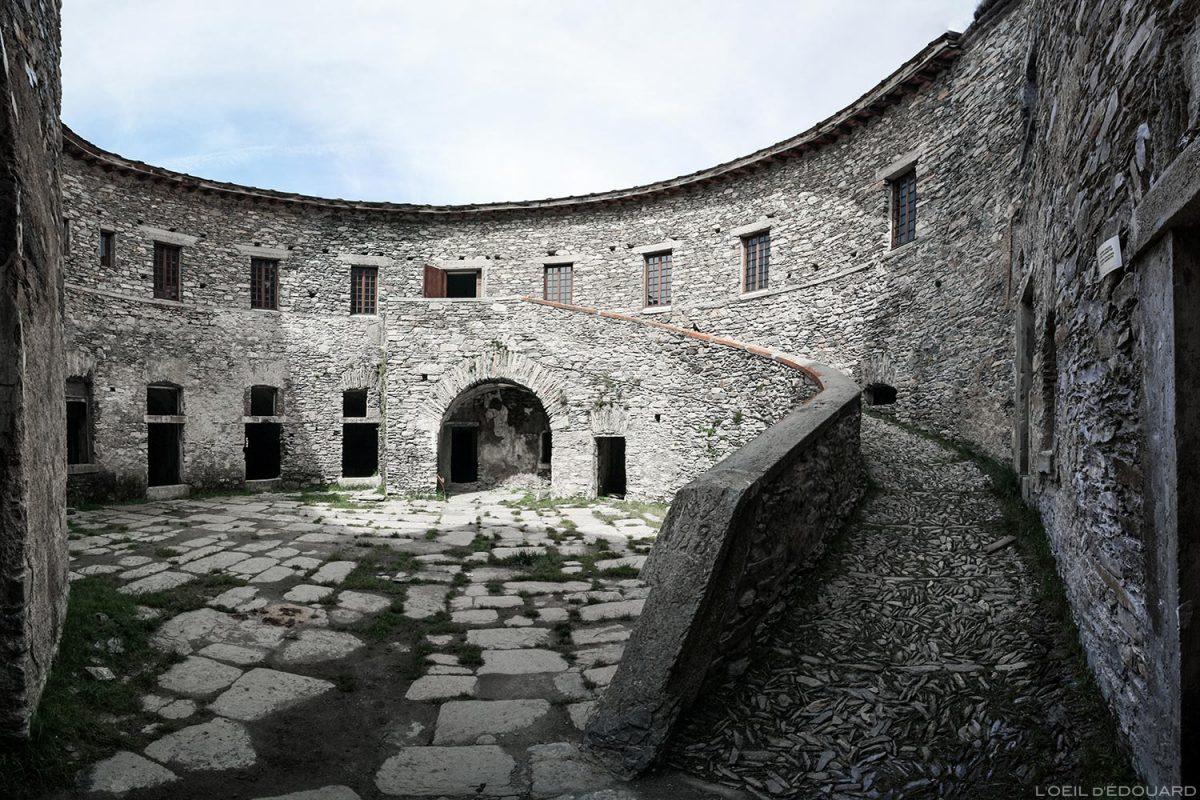 Cour intérieure du Fort de Ronce, Col du Mont-Cenis - Haute Maurienne Savoie Alpes