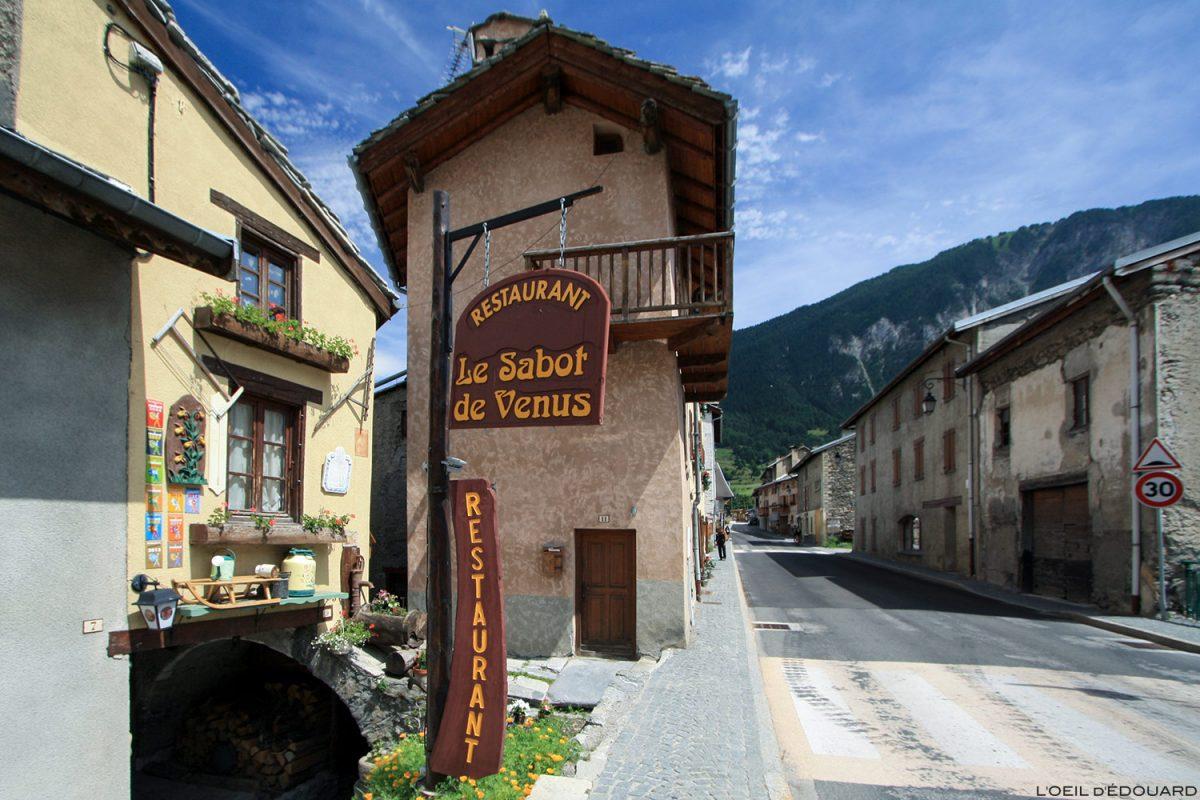 Rue et restaurant dans le village de Termignon - Haute Maurienne Savoie Alpes