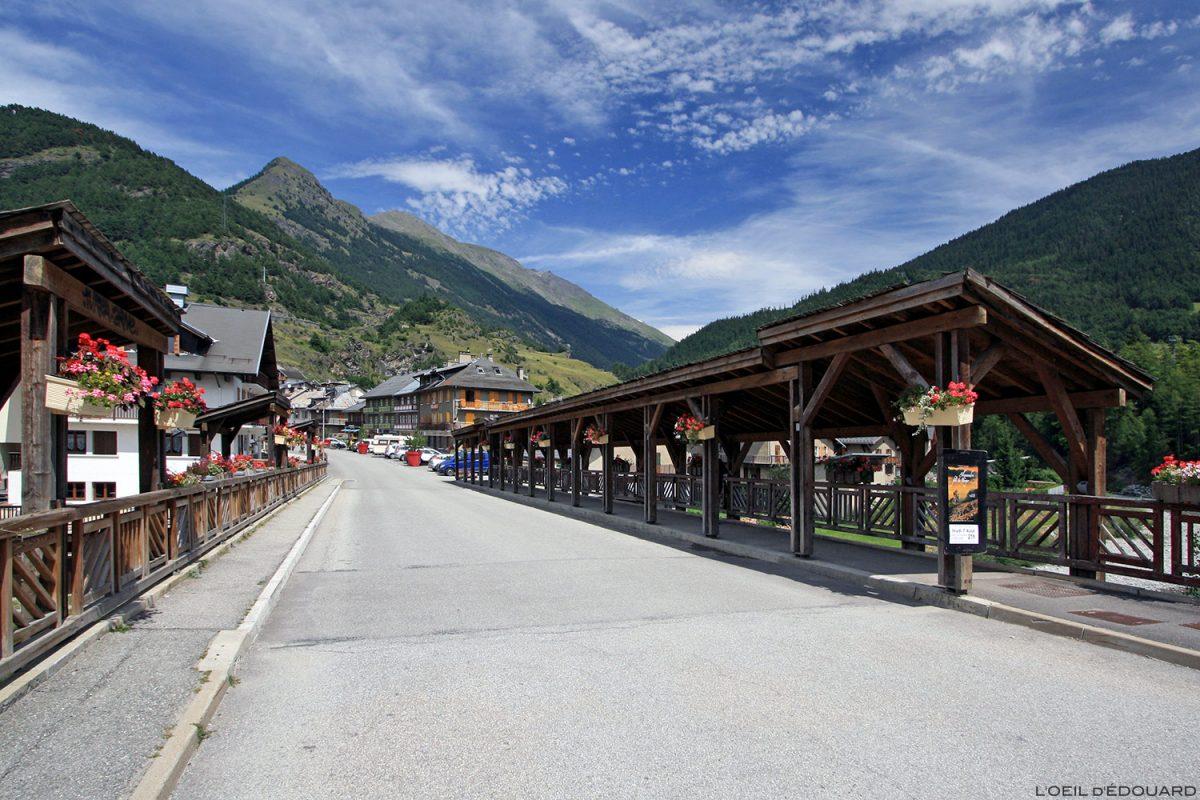 Passerelle au-dessus de l'Arc dans le village de Termignon - Haute Maurienne Savoie Alpes