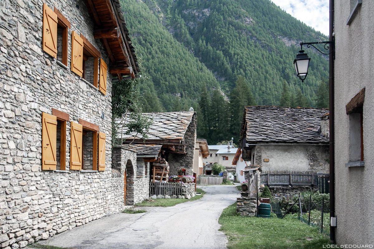 Ruelle et Maisons en pierres dans le village de Bessans - Haute Maurienne Savoie Alpes