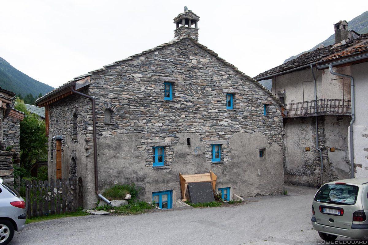 Maison en pierres dans le village de Bessans - Haute Maurienne Savoie Alpes