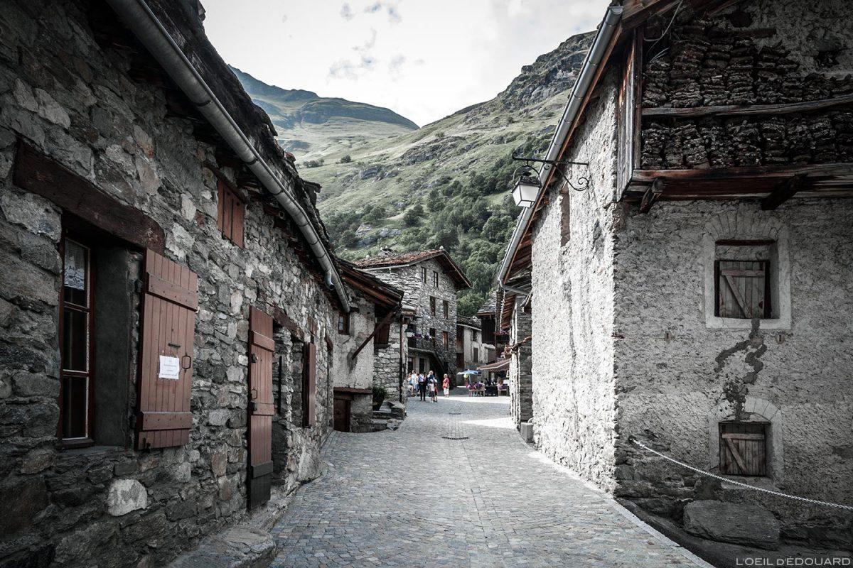 Rue dans le village de Bonneval-sur-Arc - Haute-Maurienne Savoie Alpes