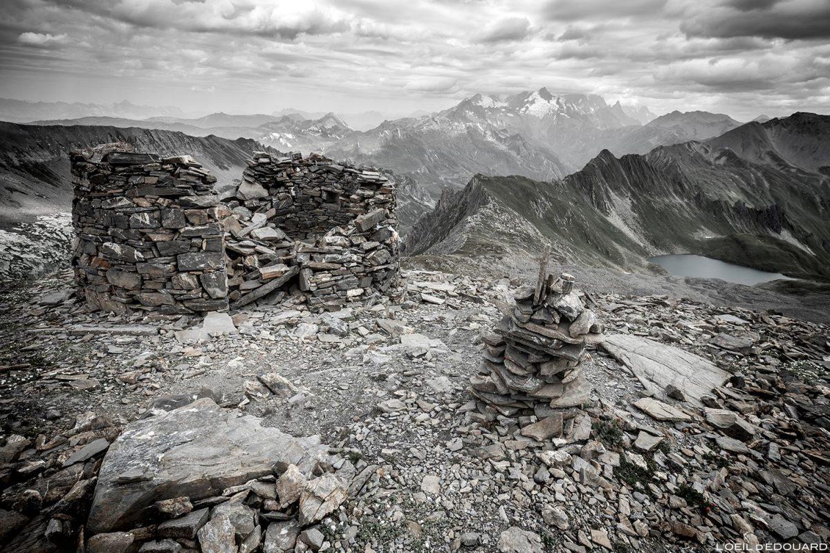 Rotonde en ruine abri en pierres sous la Pointe de la Combe Neuve, le Lac Noir et le Mont Blanc dans les nuages, Le Beaufortain Savoie Paysage Montagne Alpes © L'Oeil d'Édouard - Tous droits réservés