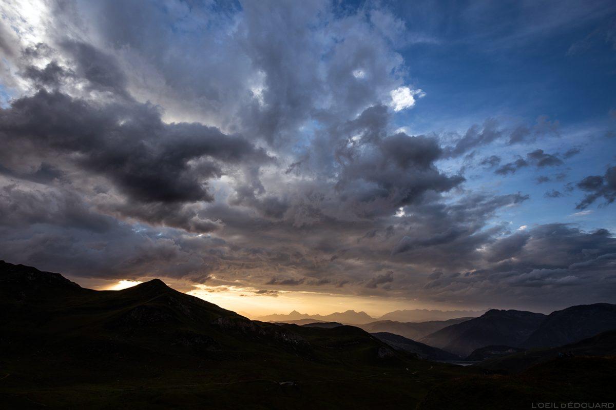 Coucher de soleil sur les Aravis avec nuages dans le ciel, depuis Lac d'Amour, Le Beaufortain Savoie Paysage Montagne Alpes © L'Oeil d'Édouard - Tous droits réservés