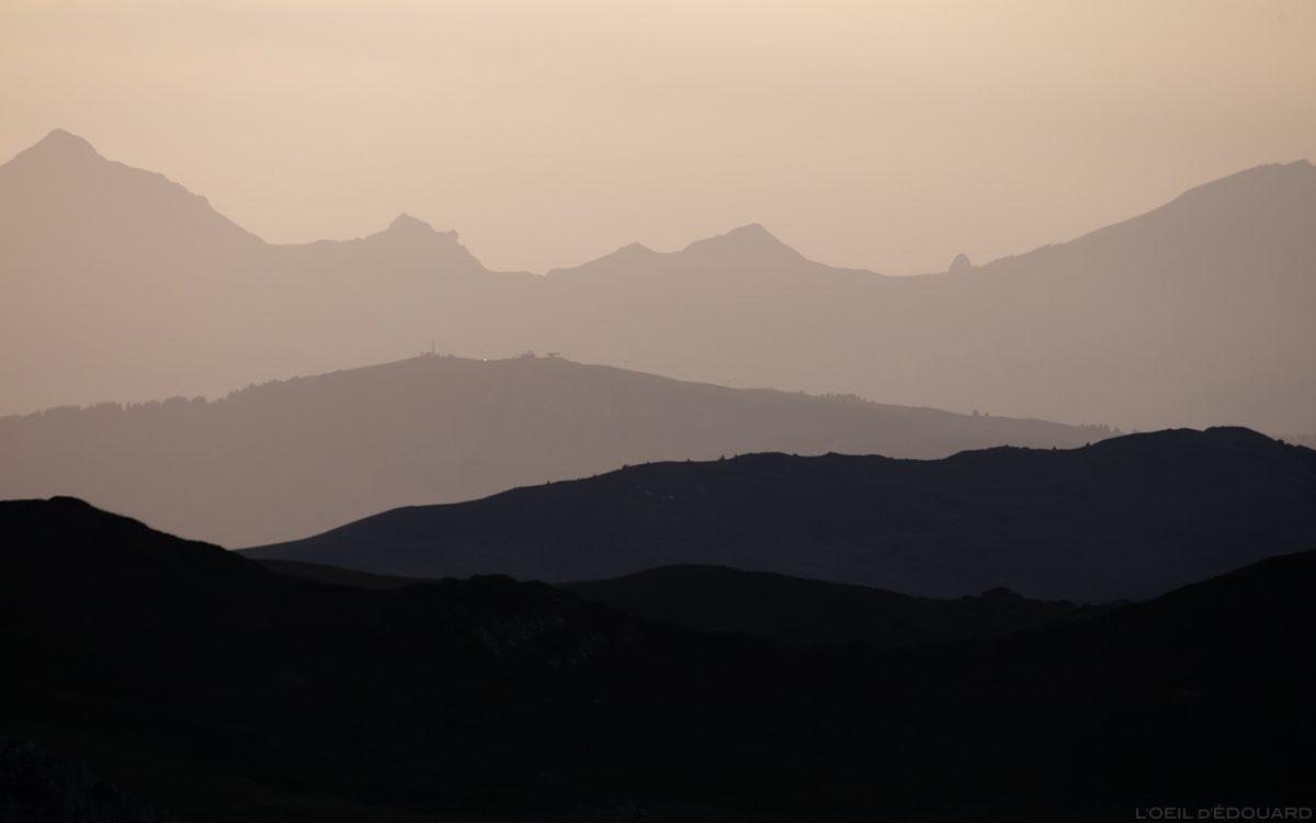 Perspective atmosphérique : coucher de soleil sur les Aravis - Le Beaufortain Savoie Paysage Montagne Alpes © L'Oeil d'Édouard - Tous droits réservés