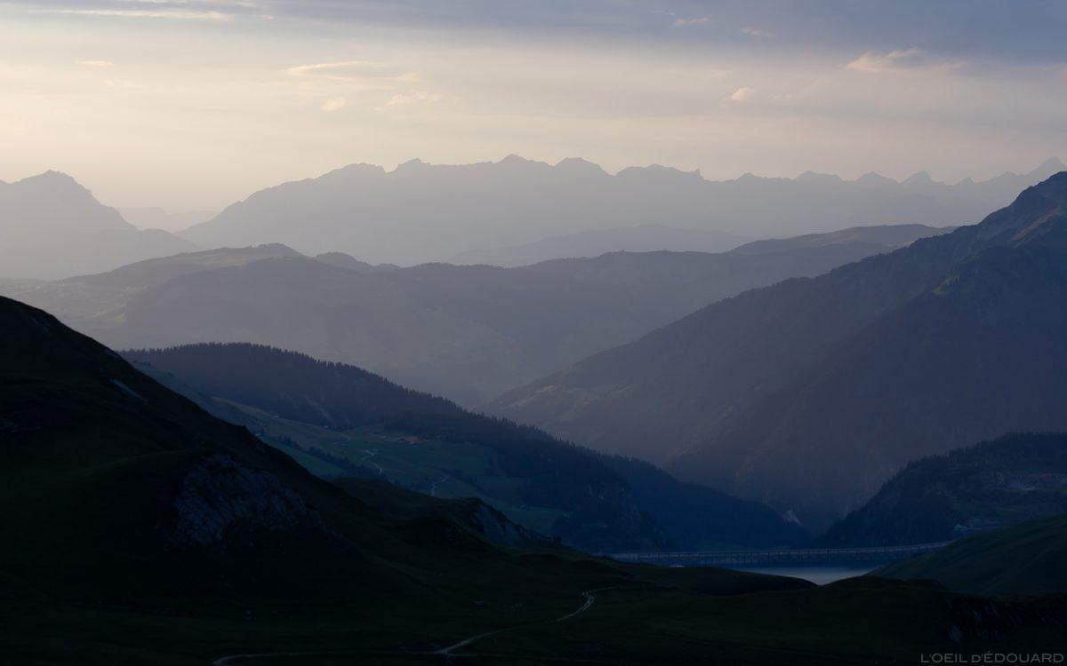 Perspective atmosphérique : coucher de soleil sur les Le Beaufortain et Les Aravis - Savoie Paysage Montagne Alpes © L'Oeil d'Édouard - Tous droits réservés