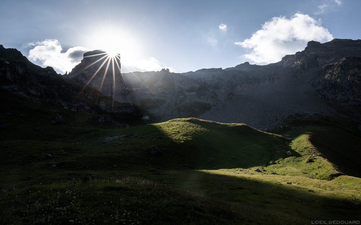 Bivouac au Lac d'Amour, Lever du soleil derrière la Pierra Menta, Le Beaufortain Savoie Paysage Montagne Alpes